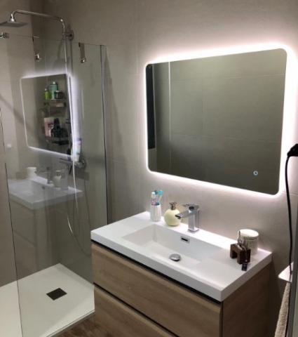 Pose de carrelage sur les murs d'une salle de bain sur Lyon et alentours