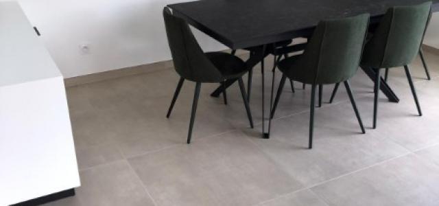Pose de carrelage sur le sol d'une salle à manger sur Lyon et alentours